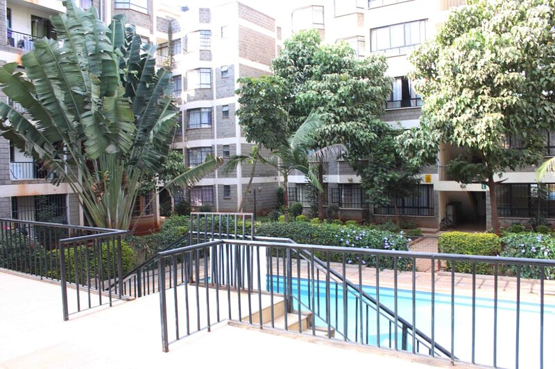 Cosy 3 bedroom apartment near JKIA with pool & gym., holiday rental in Syokimau