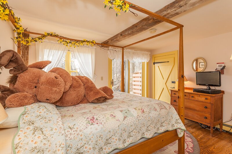 A Vermont Country Inn - Yellow Room, holiday rental in Fairfax