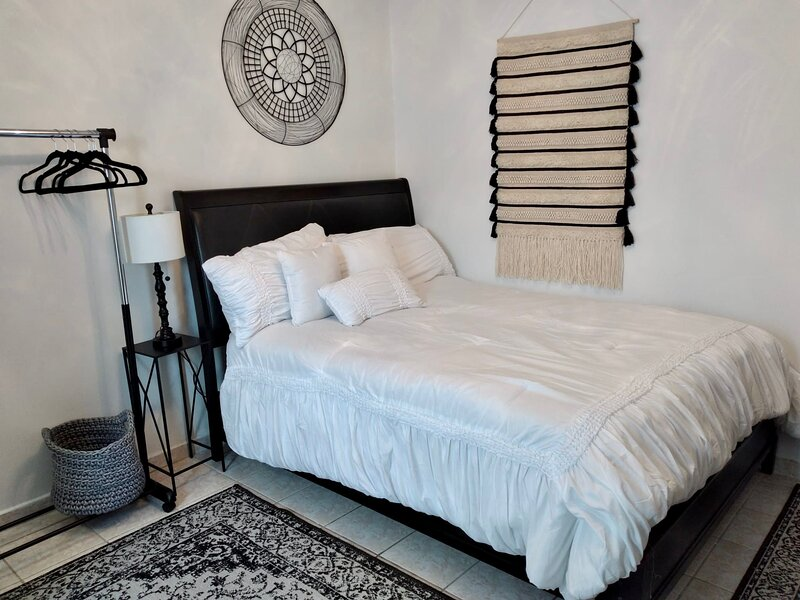 Adorable 1 Bedroom Suite (5 minutes from Airport), vacation rental in Gurabo