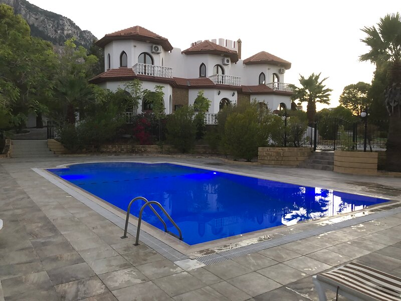 Beautiful magical unique villa in Lapta North Cyprus 4 bed and swimming pool, holiday rental in Lapta