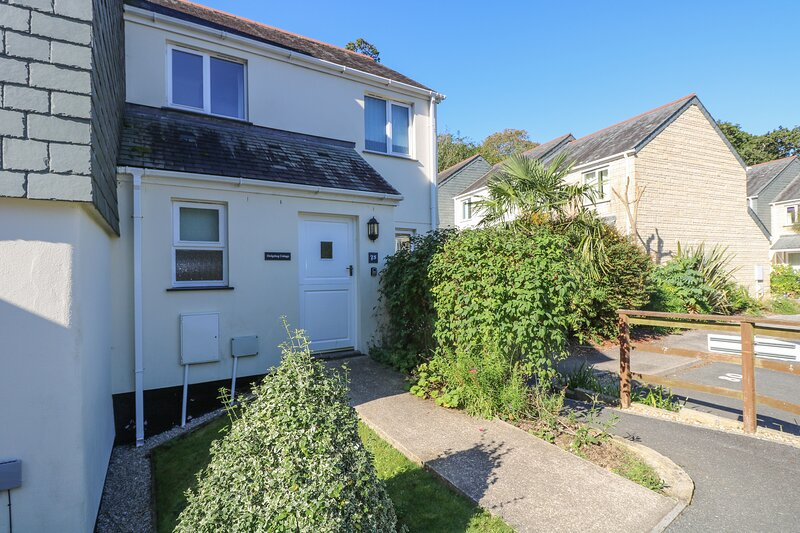 HEDGEHOG COTTAGE welcoming family holiday home, private patio, onsite, holiday rental in Mawnan Smith