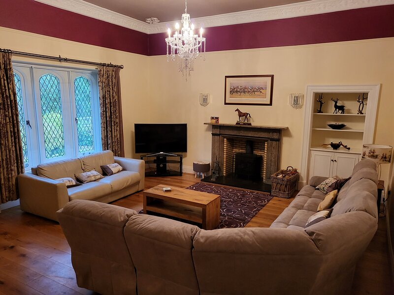 NORTH BANK Eamont Bridge large spacious bungalow with hot tub, holiday rental in Penrith