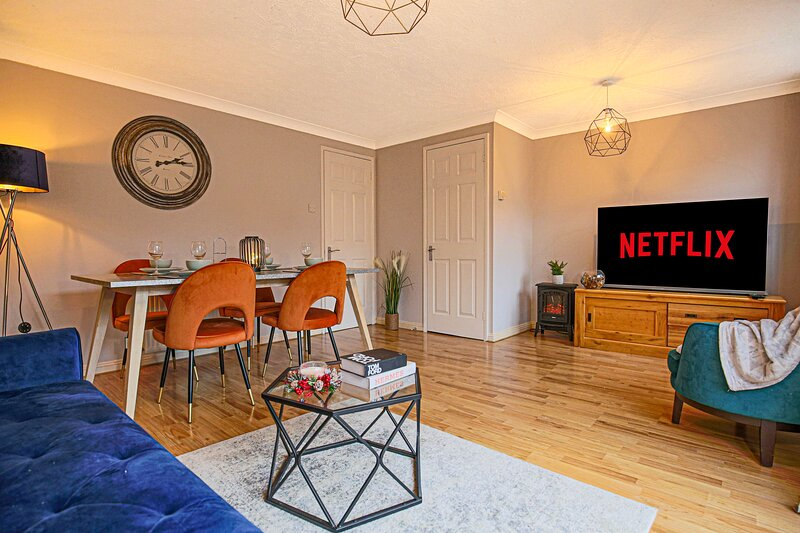 Tattenhoe House with Free Parking, Garden and Smart TV by Yoko Property, holiday rental in Leighton Buzzard