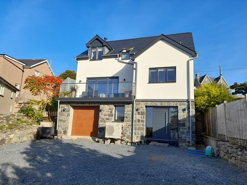 Contemporary House with Distant Sea Views & Lovely Sunsets, alquiler de vacaciones en Dyffryn Ardudwy