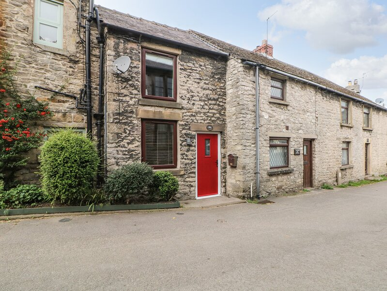 MILL BRIDGE COTTAGE, open fire, exposed beams, lovely enclosed garden in, holiday rental in Edale