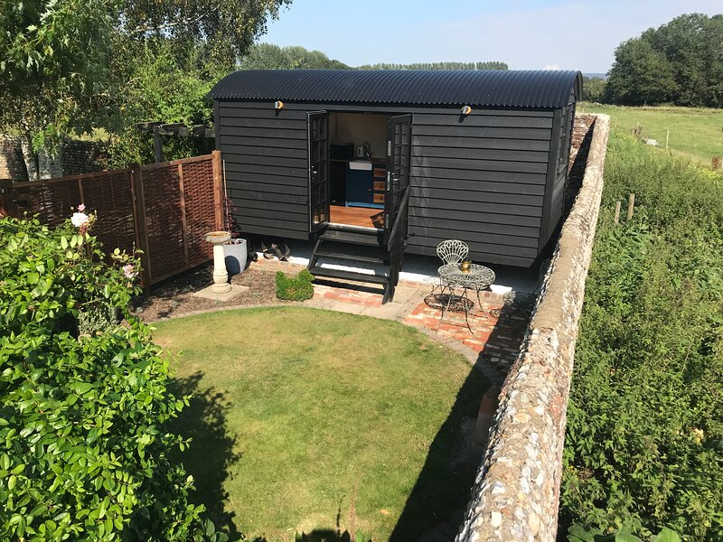 Highkettle Hut, holiday rental in Tangmere