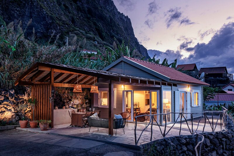 A hideaway by the sea, Casa da Rocha de Baixo, holiday rental in Santana