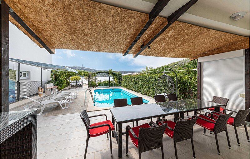 Stunning home in Poljica with WiFi and 4 Bedrooms (CDE929), casa vacanza a Poljica