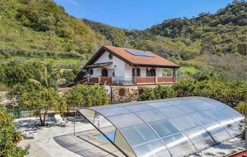 Nice home in Gaggi with WiFi and 5 Bedrooms (ISC100), vacation rental in Graniti