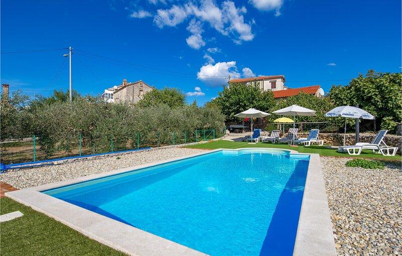 Beautiful home in Brzac with WiFi and 2 Bedrooms (CKK552), aluguéis de temporada em Linardici