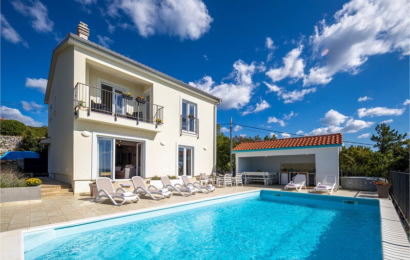 Awesome home in Crikvenica with Outdoor swimming pool, WiFi and 3 Bedrooms (CKA1, aluguéis de temporada em Smrika