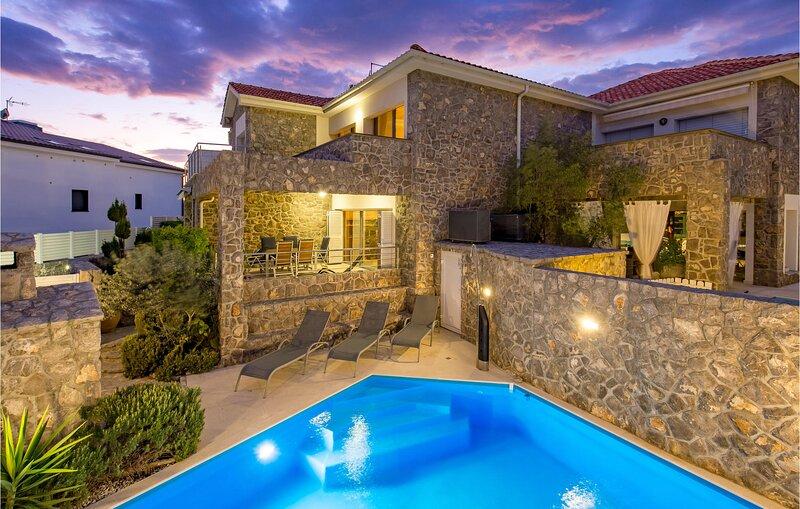 Stunning home in Krk with WiFi and 3 Bedrooms (CKI043), alquiler de vacaciones en Silo