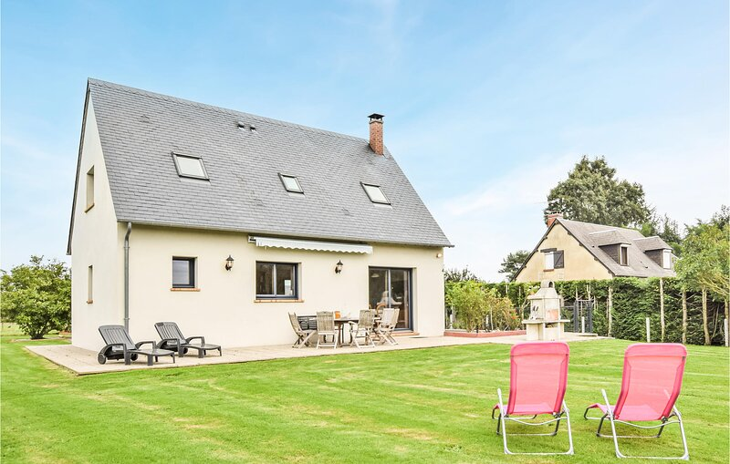 Nice home in EQUEMAUVILLE with WiFi and 3 Bedrooms (FNC235), location de vacances à Fourneville