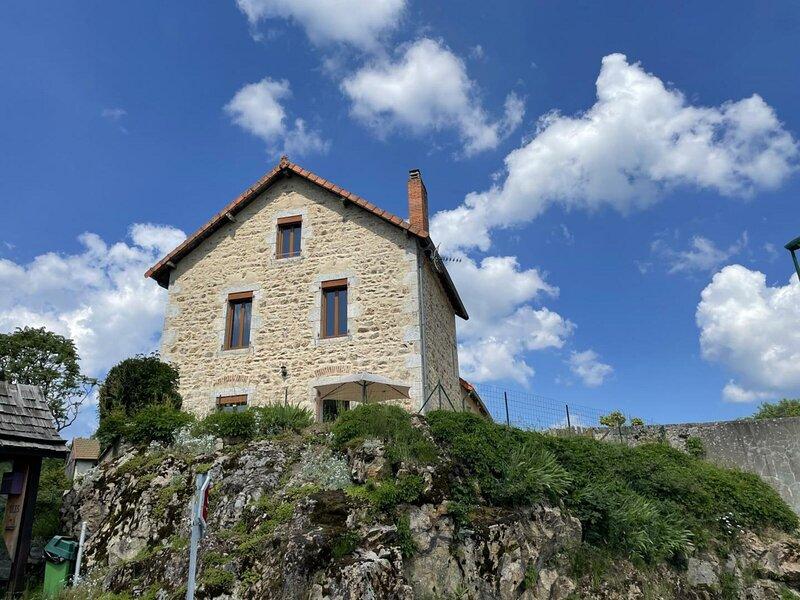La maison du Rocher, aluguéis de temporada em Ferrieres-sur-Sichon