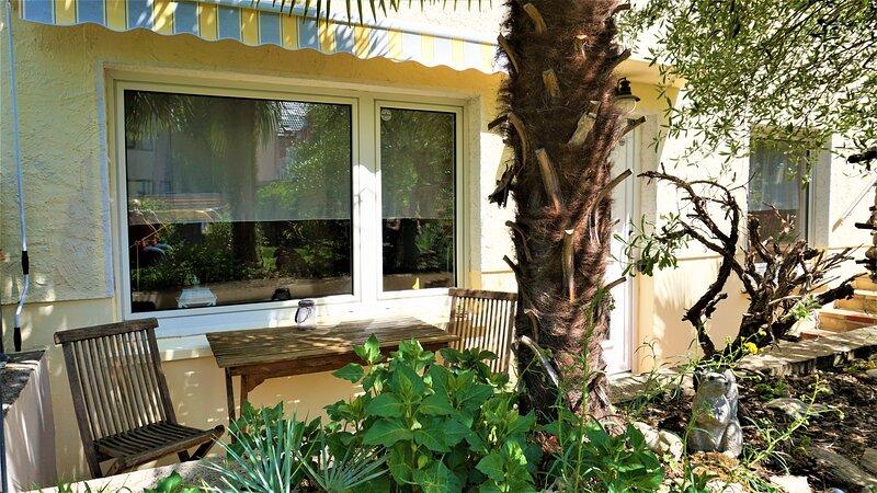 Fewo Palmengarten, eigene Terrasse, separater Eingang, W-Lan, Parkplatz, 45 m², vacation rental in Bonn
