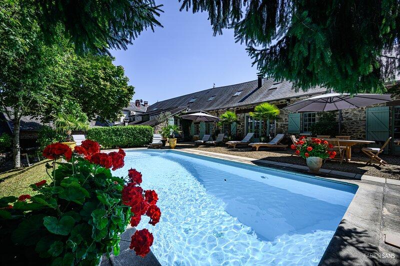 Maison d'hôtes de caractère en Corrèze Les jardins Saint Eloi 'La Malmaison', holiday rental in Affieux