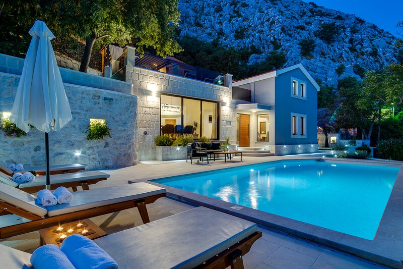 NEW! Villa Falcon House 3-bedroom villa heated 36 sqm pool,Jacuzzi,Finnish sauna, aluguéis de temporada em Kotlenice