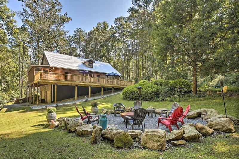 Peaceful Log Cabin on 3 Acres - Near Atlanta!, aluguéis de temporada em Douglasville