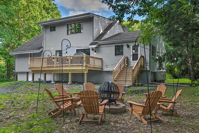 Poconos Home w/ Hot Tub, Fire Pit & Lake Access!, vacation rental in Luzerne County