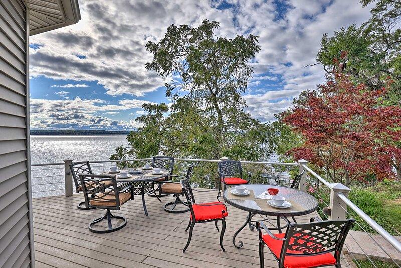 Luxury 3BR+Loft Seneca Lakehouse w/ Private Dock!, holiday rental in Himrod