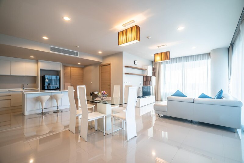 Spacious apartment with jacuzzi and ocean view, holiday rental in Ban Khok Chang