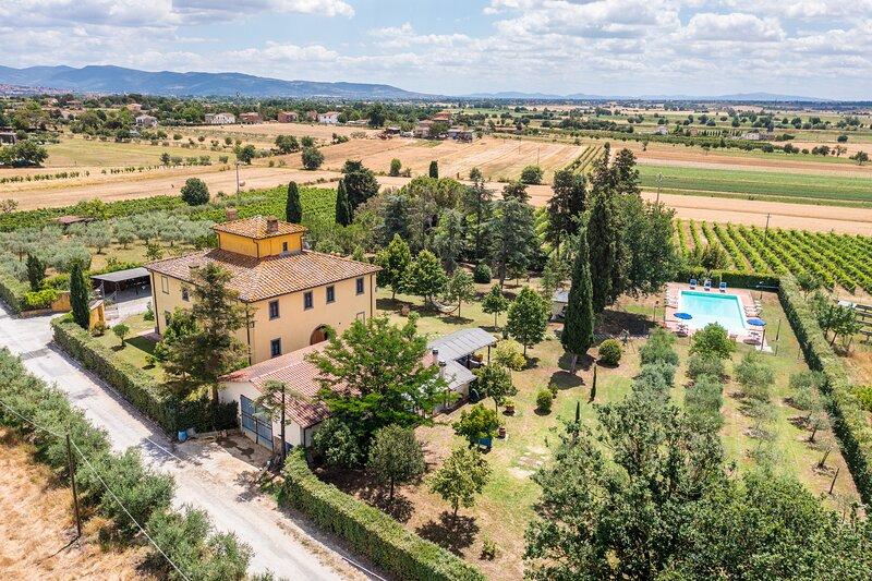 Villa Fratta, sleeps 14 villa with private pool, AC and Wi-Fi close to Cortona!, Ferienwohnung in Camucia