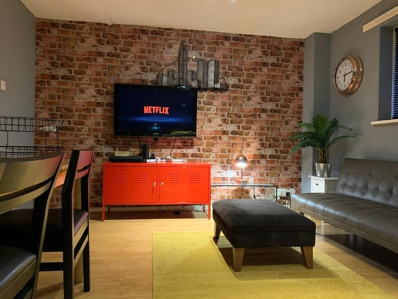 Newcross Mews 4 Bedroom 2 Bathrooms Fast Wifi Parking, holiday rental in Walsall