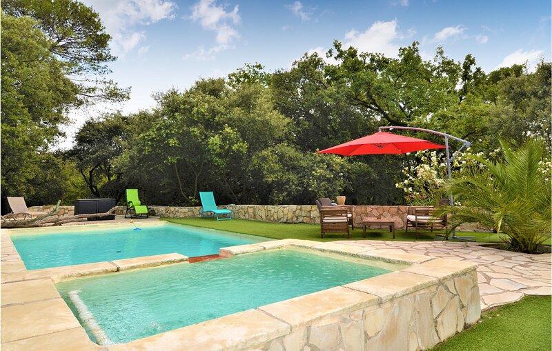 Beautiful home in Saint-Privat-des-Vieux with Outdoor swimming pool, WiFi and 3, aluguéis de temporada em Mejannes Les Ales