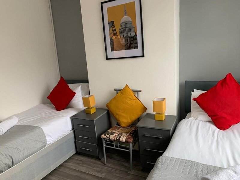 Gateway Mews Wv1 stays 5Beds Parking Long stay discounts, holiday rental in Walsall
