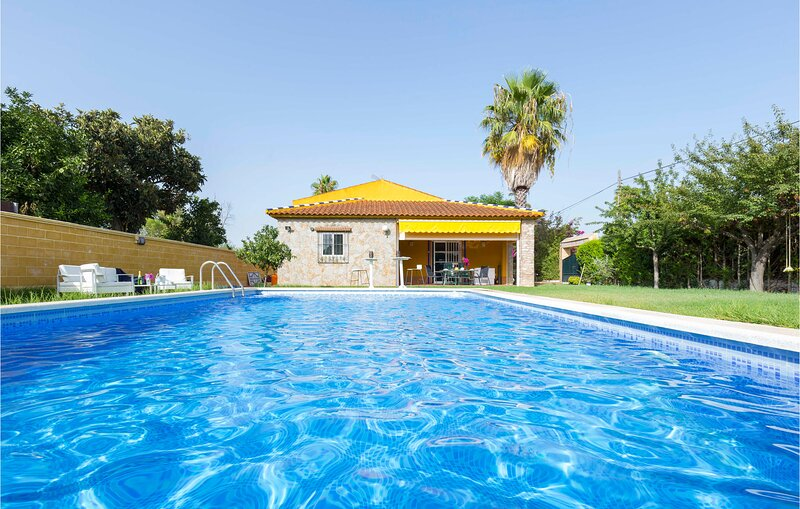 Awesome home in Sevilla with Outdoor swimming pool, WiFi and 3 Bedrooms (EAC582), holiday rental in Marchena