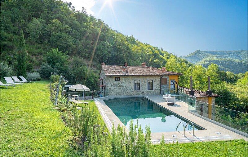 Awesome home in Castel Focognano with Outdoor swimming pool and 3 Bedrooms (ITA0, alquiler de vacaciones en Subbiano