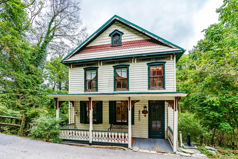 Enchanting Cottage, Center of Historic Downtown!, holiday rental in Lovettsville
