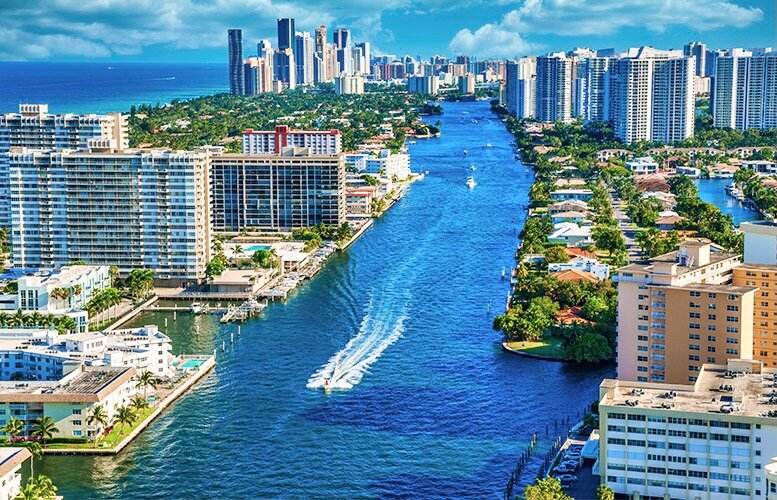 ⭐️Family Beach Retreat | Lake View + Fully Stocked⭐️, vacation rental in Hallandale Beach