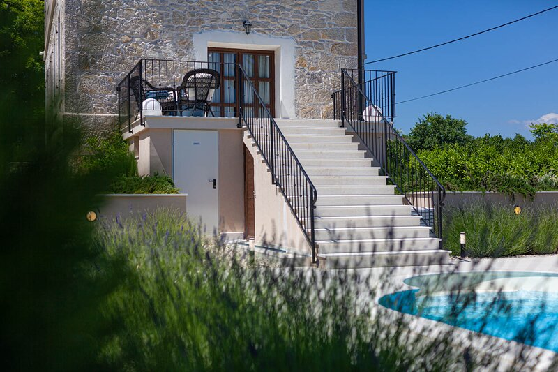 Luxury Villa Marija - romantic countryside villa with pool and sauna, casa vacanza a Skradin
