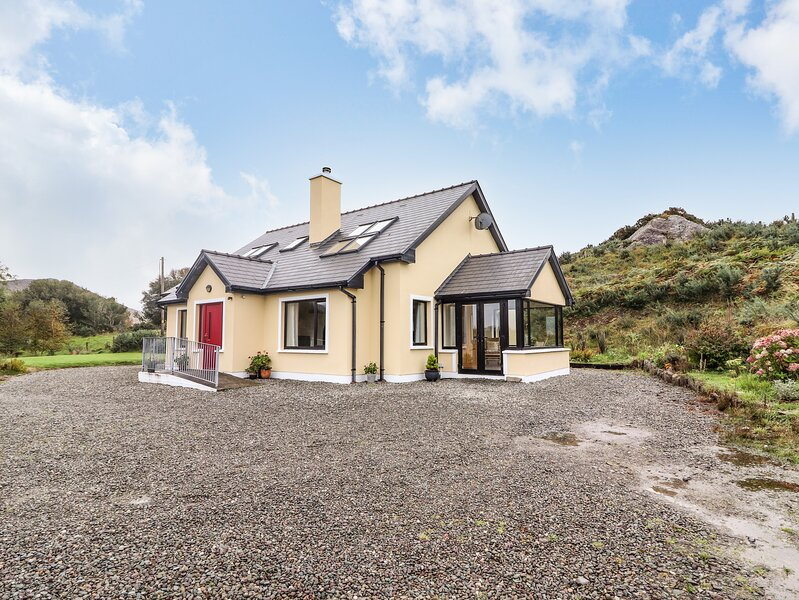 CURRAHA, family holiay home, solid fuel stove, open plan, gardens, in Lauragh, location de vacances à Lauragh