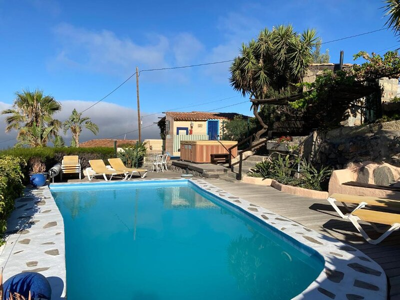 Cottage with 2 Bedroom, 2 Bathrooms, Heated solar Pool, Sauna, Jacuzzi, Garden, holiday rental in Chirche