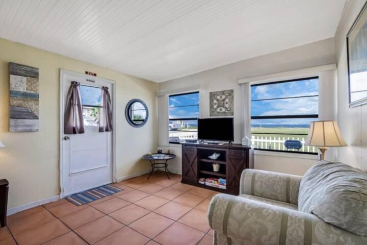 Short Stroll to Beach | Dog-Friendly  Free Parking  Ocean Views | Close to Dinin, alquiler de vacaciones en Flagler Beach