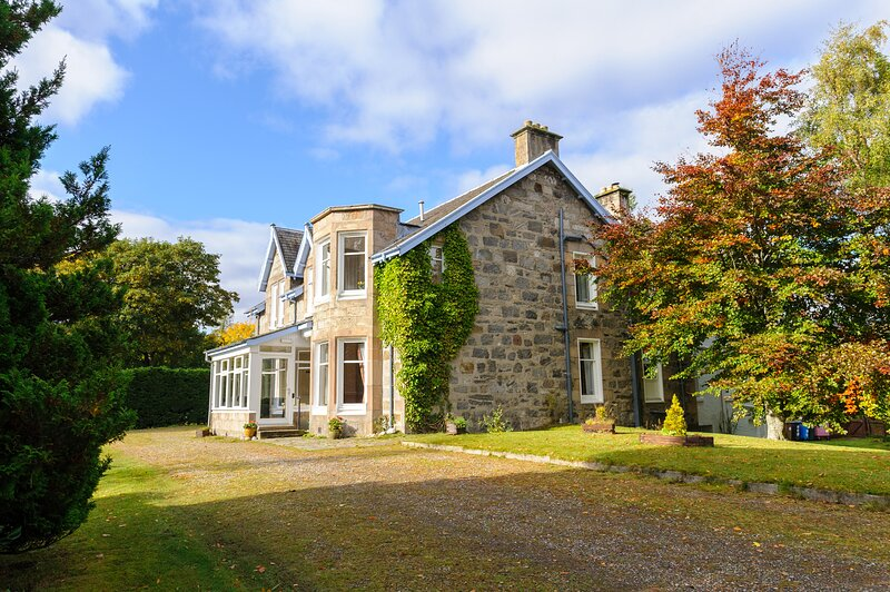 ALVEY HOUSE, superior Victorian-styled villa, open fire, off road parking, casa vacanza a Newtonmore