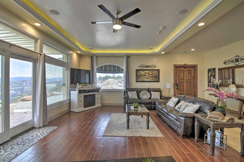 Chic Paradise Home w/ Terrace: 13 Mi to Wineries!, location de vacances à Oroville