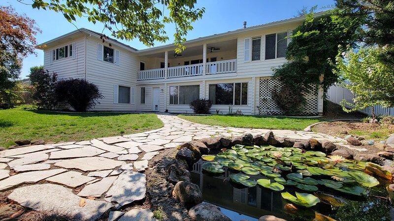 Kerrisdale Ridge House ~ East Medford ~ Sleeps 10, casa vacanza a Medford