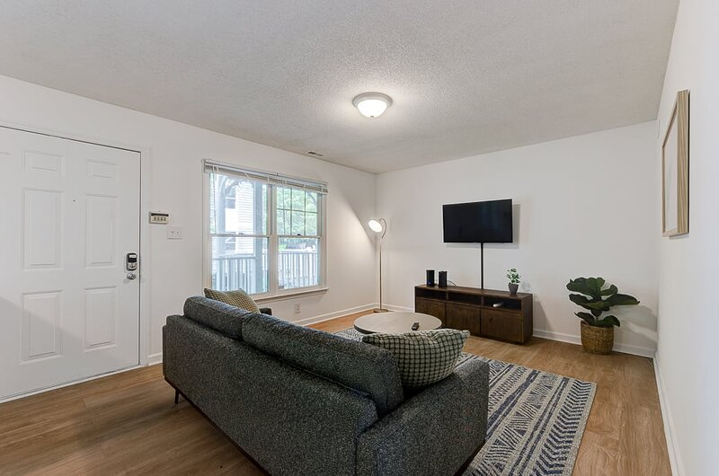 Viagem Unique and Green 1BR with Parking, casa vacanza a Durham