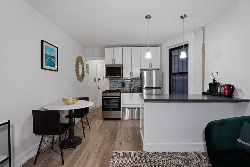 Viagem Modern 2BR in Harlem, holiday rental in Fort Lee