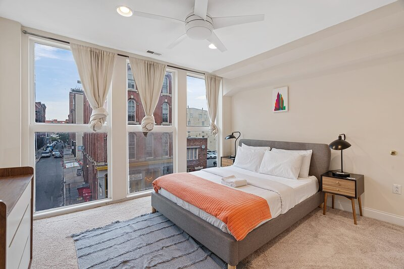 Bright 1BR with Large Windows In Old City, casa vacanza a Sicklerville