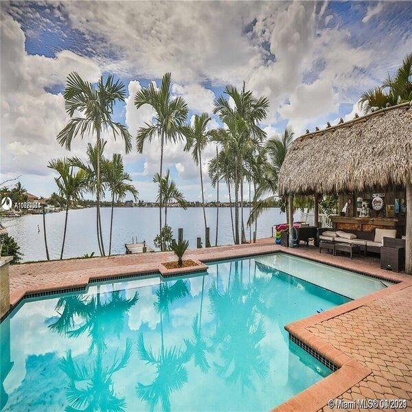 Beautiful lake house, pool, Paradise., holiday rental in Florida City