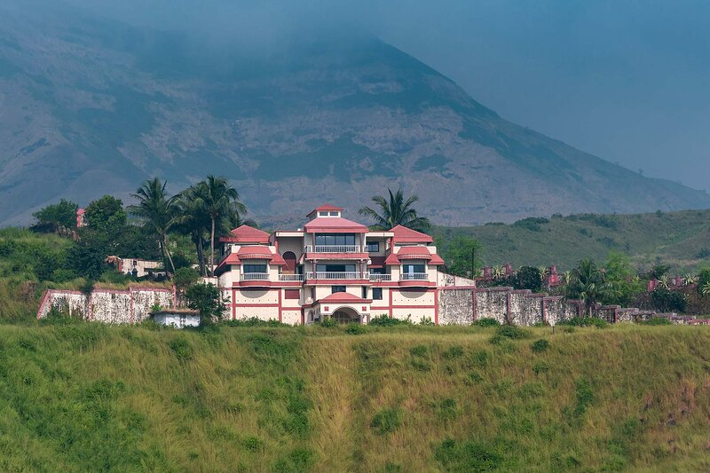 Dazzle by Vista Rooms, holiday rental in Karjat Town