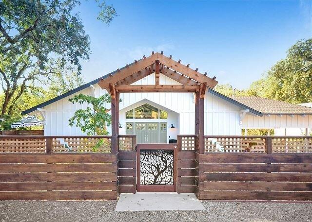 Gorgeous Glen Ellen Home w/ Spa, Decks & Office, aluguéis de temporada em Glen Ellen