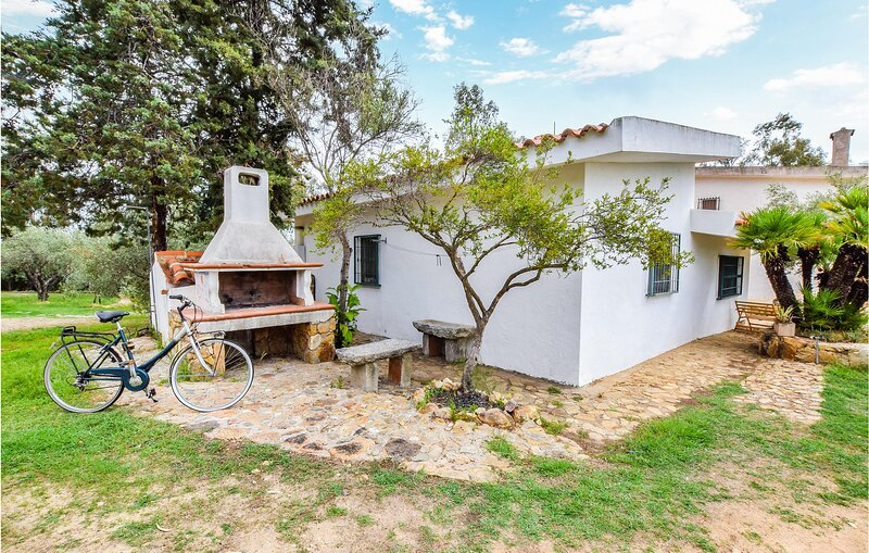 Nice home in Calaliberotto with WiFi and 2 Bedrooms (IGN063), casa vacanza a Cala Ginepro