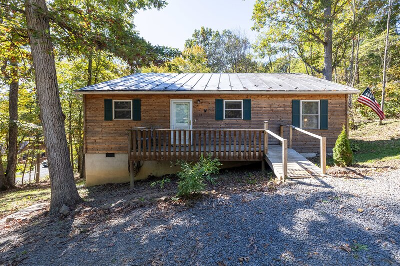Cozy Cabin on Cottonwood--5 min to Bryce Resort, holiday rental in Wardensville