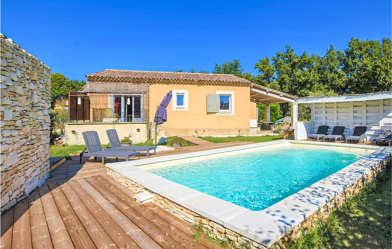 Stunning home in Saint-Saturnin-lès-Apt with Outdoor swimming pool, WiFi and 3, holiday rental in Gargas