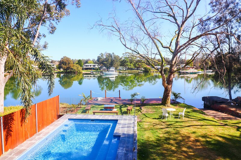 Sunset Lodge - creek frontage, pier and pool!, holiday rental in Bonnells Bay